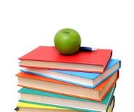 Куча книг и яблока Стоковые Фотографии RF