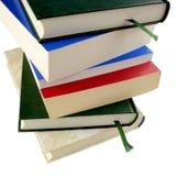 Куча книг на белой предпосылке стоковое фото