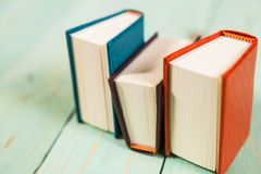 Куча книг на деревянной предпосылке Стоковые Фото