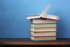 Куча книг на деревянном столе Стоковое Фото