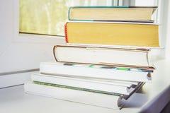 Куча книг на крупном плане окна Стоковые Изображения RF