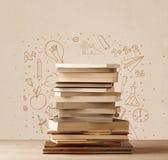 Куча книг на таблице с эскизами doodle школы нарисованными рукой Стоковое Фото