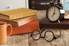 Куча книг с стеклами чтения на столе Стоковые Изображения RF