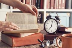 Куча книг с стеклами чтения на столе Стоковые Фото