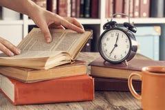 Куча книг с стеклами чтения на столе Стоковое Изображение RF