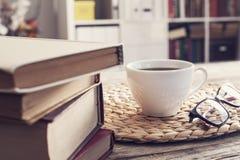 Куча книг с стеклами чтения на столе Стоковая Фотография