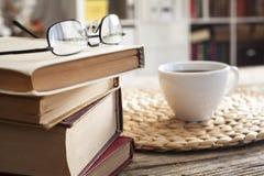 Куча книг с стеклами чтения на столе Стоковые Фотографии RF