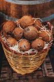 Куча кокосов как предпосылка Органические кокосы на рынке внутри Стоковое Изображение RF