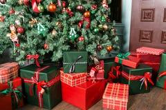 Куча конца-вверх подарков рождества под рождественской елкой зеленый цвет представляет красный цвет стоковые фото