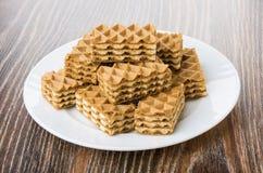 Куча коричневых вафель в белой плите на таблице Стоковое Изображение