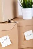 Куча коричневых картонных коробок с товарами дома или офиса Стоковое Изображение