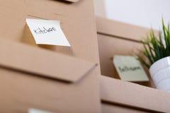 Куча коричневых картонных коробок с товарами дома или офиса Стоковая Фотография
