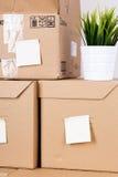Куча коричневых картонных коробок с товарами дома или офиса Стоковые Фото