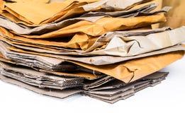 Куча коричневых конверта и картонной коробки Стоковое фото RF