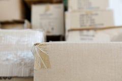 Куча коричневых старых используемых картонных коробок на складе рынка Стоковая Фотография RF