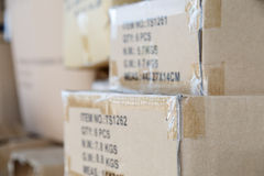 Куча коричневых старых используемых картонных коробок на складе рынка Стоковые Фотографии RF