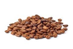 Куча кофейных зерен на белизне Стоковое Изображение