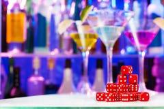 Куча красный играть dices, бутылки бара и стекла Стоковое Изображение