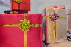 Куча красочной коробки много подарков для дней рождения, рождества, валентинки, торжества Стоковые Фото