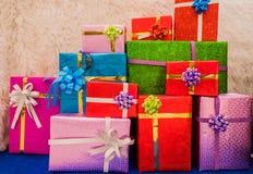 Куча красочной коробки много подарков для дней рождения, рождества, валентинки, торжества Стоковые Изображения RF