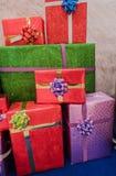 Куча красочной коробки много подарков для дней рождения, рождества, валентинки, торжества Стоковые Фотографии RF