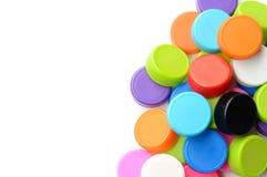 Куча красочной пластичной крышки бутылки на белой предпосылке Стоковые Изображения