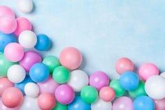 Куча красочных воздушных шаров на голубом пастельном взгляде столешницы Предпосылка дня рождения или партии r r стоковые изображения rf