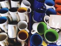 Куча красочных керамических чашек стоковое изображение rf