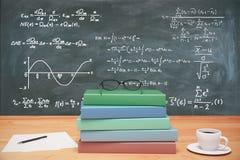 Куча красочных книг, eyeglasses и чашки кофе на деревянном t Стоковое Фото