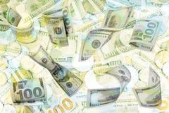 Куча красочных кредитных карточек на белой текстурированной бумажной предпосылке r стоковое фото