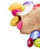 Куча красочных пасхальных яя в мешке стоковое изображение
