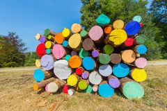 Куча красочных покрашенных стволов дерева снаружи стоковая фотография