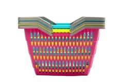 Куча красочных пустых пластичных корзин для товаров. Стоковое Фото
