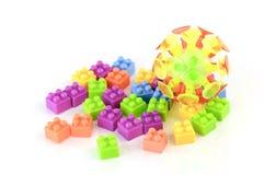 Куча красочных пластичных кирпичей игрушки изолированных на белой предпосылке Стоковое фото RF
