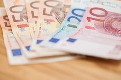 Куча кредиток евро на деревянной таблице Стоковое фото RF