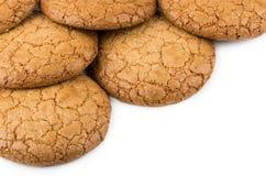 Куча круглых коричневых печений изолированных на белизне Стоковое Изображение