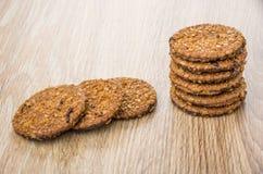 Куча круглых коричневых печениь на таблице Стоковое Изображение RF