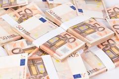 Куча крупного плана 50 банкнот евро Стоковые Изображения RF