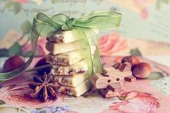 Куча кусков белого шоколада с зеленой лентой Стоковая Фотография RF