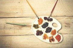 Куча кусков плодоовощ на белой палитре пластичного искусства, деревянной задней части Стоковые Фото
