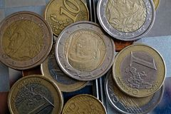 Куча лож монеток евро в зеркале отражает лож бумажника Стоковая Фотография RF