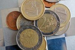 Куча лож монеток евро в зеркале отражает лож бумажника Стоковое Фото