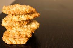 Куча лоснистых коричневых домодельных печений овсяной каши Стоковая Фотография RF
