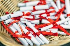 Куча малых бумажных переченей в злой корзине Белые перечени связанные с красной лентой Будущие прогноз, совет или концепция знака стоковое изображение rf