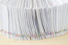 Куча места обработки документов перегрузки в вертикали на деревянном столе Стоковое Фото