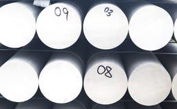Куча металла и алюминиевых в грузе склада для транспорта к изготовляя фабрике стоковые фотографии rf