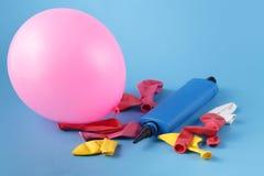 Куча множественных красочных unblown воздушных шаров с ove насоса bliue Стоковые Фотографии RF