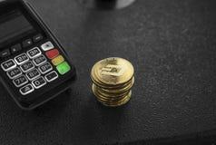 Куча монеток валюты черточки золота секретных и стержня POS Черточки Cryptocurrency Электронная коммерция, дело, концепция финанс стоковое фото rf