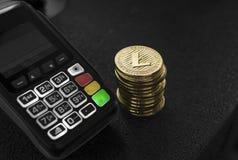 Куча монеток валюты Litecoin золота секретных и стержня POS Litecoins Cryptocurrency Электронная коммерция, дело, финансы стоковое фото