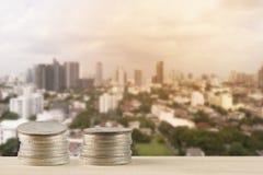 Куча монеток денег с предпосылкой нерезкости зданий Стоковое Фото